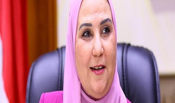 مصر اليوم - نيفين القباج تستقبل الفتاة نجلاء بطلة محاكاة وزيرة التضامن