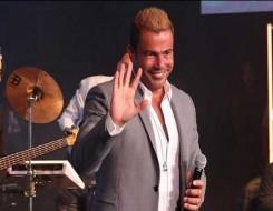 مصر اليوم - عمرو دياب يحتفل بأغنيته أحلى ونص مع أصدقائه في الساحل