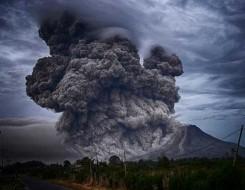 مصر اليوم - ثوران بركان يتسبب في حريق غابات في جزيرة اندونيسية