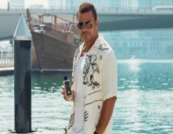 مصر اليوم - عمرو دياب يروج لـ عرض أزياء خاص به يحمل صورته